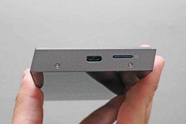 本体底面には、USB Type-C端子とのmicroSDメモリーカードスロットが並ぶ