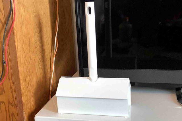 いつもはこんな感じでテレビ台の上に置いている粘着ローラーですが