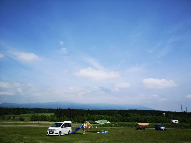 青みが強く、雲までしっかりととらえた空の写真