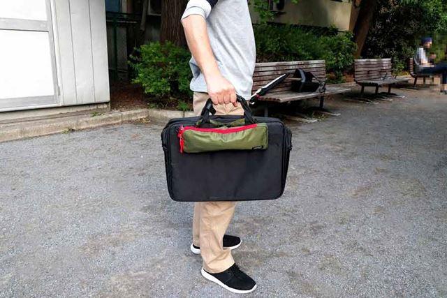折り畳み傘を入れたケースを、ビジネスバッグやトートバッグに外付けできる!
