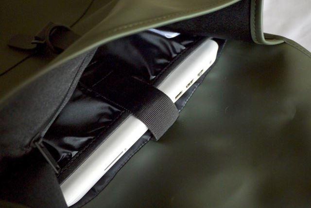 15インチまでのノートパソコンを収納できるポケットがあり、ベルトで固定できます