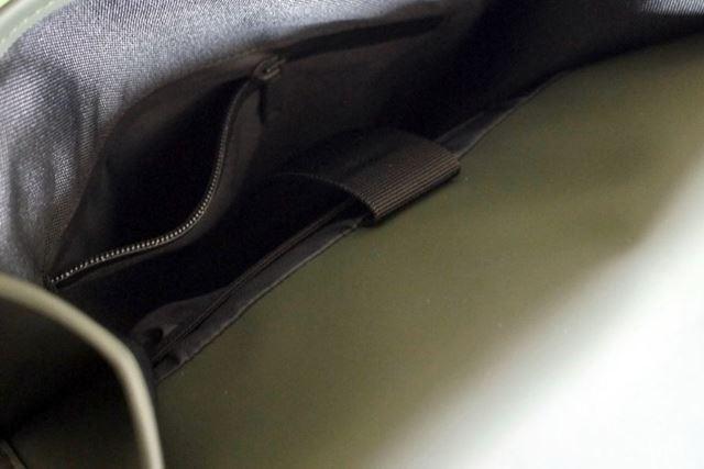 反対側にも小さなポケットがあります