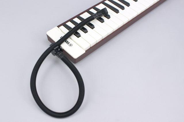 演奏用パイプは黒で、パイプ用のフックも付いています