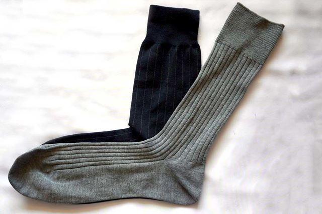 重ねてみました。上が一般的な靴下。下が直角靴下です