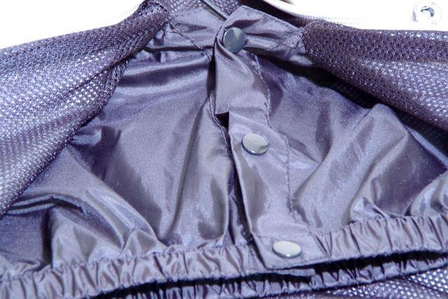 裾から入り込む風を防止するパウダーガードも装備