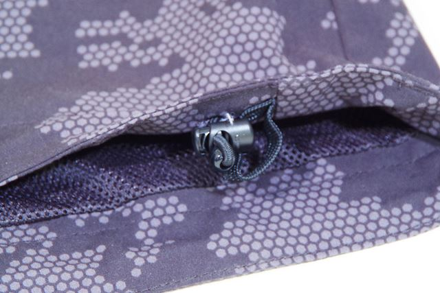 裾部分はドローコードで絞れるようになっているので、雨や風の侵入を防げます