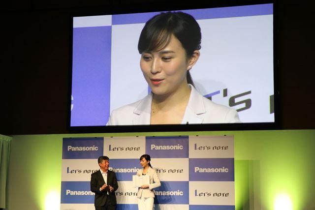坂元氏(左)と宣伝キャラクターの比嘉愛未さん(右)