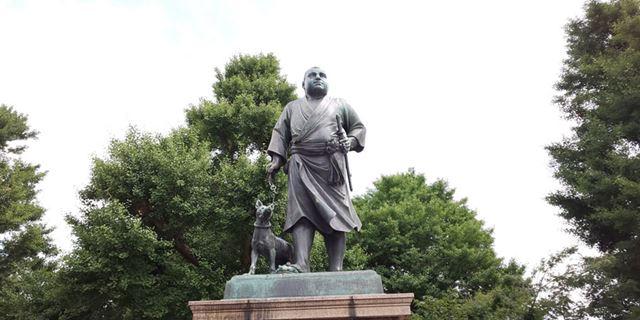 上野の西郷隆盛像。木陰と空の明暗差が激しい構図となったが、空の大部分が白飛びしていた