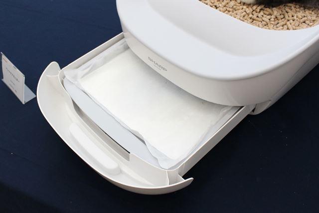 本体下部にセットする排尿用のペーパーは、2〜3日に1度の割合で取り替える必要があるとのこと