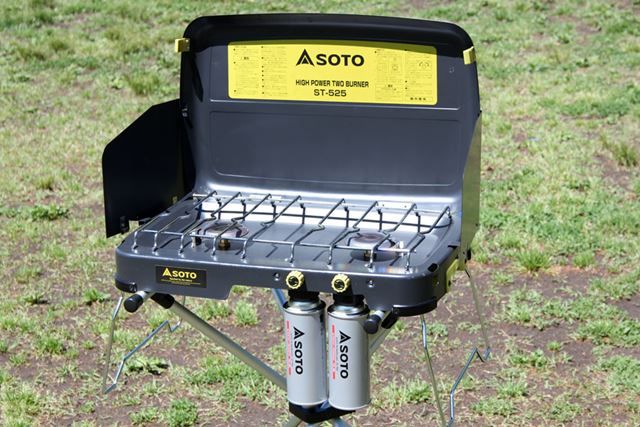 同社の「ハイパワー2バーナー ST-525」はスタンドに載せると、立って調理をするのに最適な高さになります