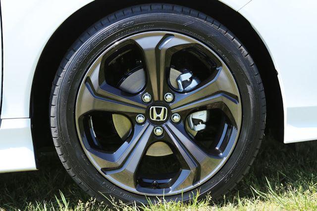 新型「ジェイド」のRSモデルには、18インチタイヤが装着されている