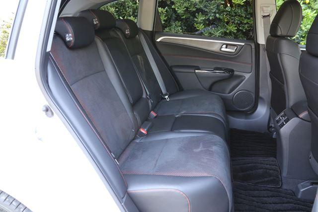 新型ジェイドの2列シート車のリアシートは、フロントシートよりも快適と感じるほどの座り心地となっている