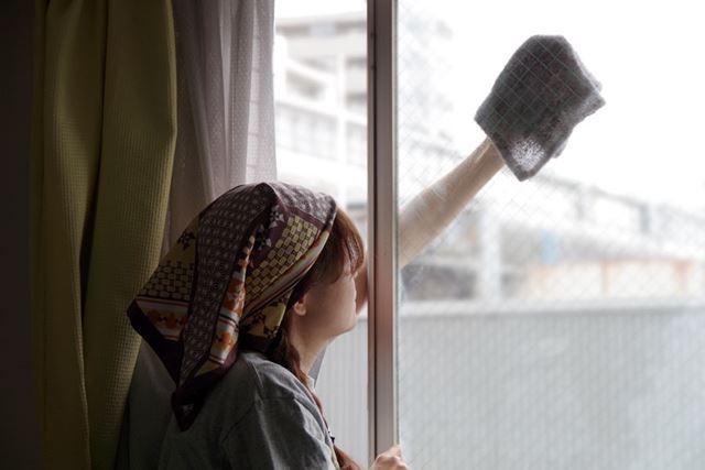 ベランダや足場のない窓の外側のお掃除は、このように窓から身を乗り出して外側を拭いています