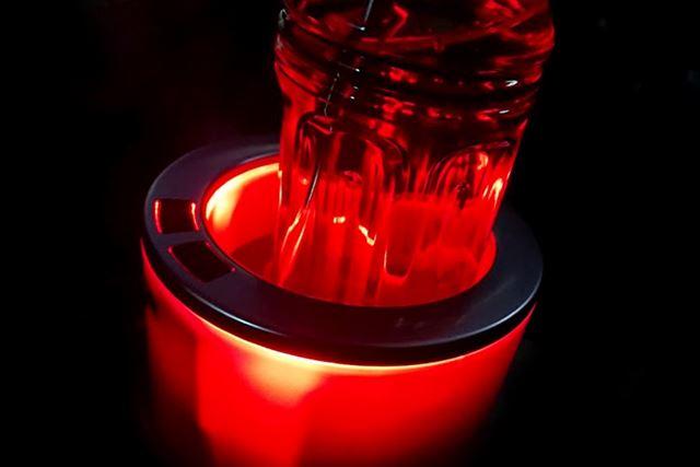 冷やすときは青く、温めるときは赤く光ります。いずれも、夜はちょっとした演出効果が得られます