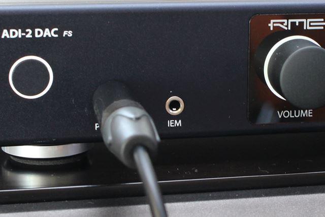 """こちらはフロント部。6.3mm標準ヘッドホン端子の隣に、""""IEM""""と記載された端子を備えているのがポイント"""