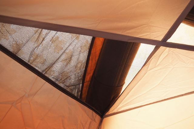 インナーシートの天井にもメッシュ窓が装備されており、テント内にこもる熱を逃がしてくれます