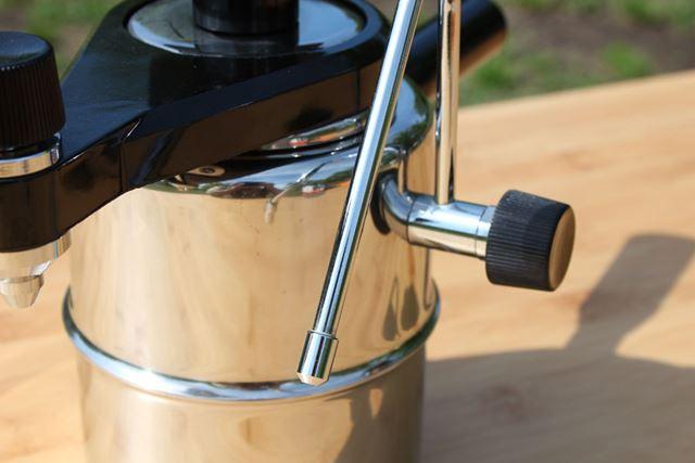 ボイラーの横にスチームノズルを装備。ツマミを開くと先端から蒸気が出てきます