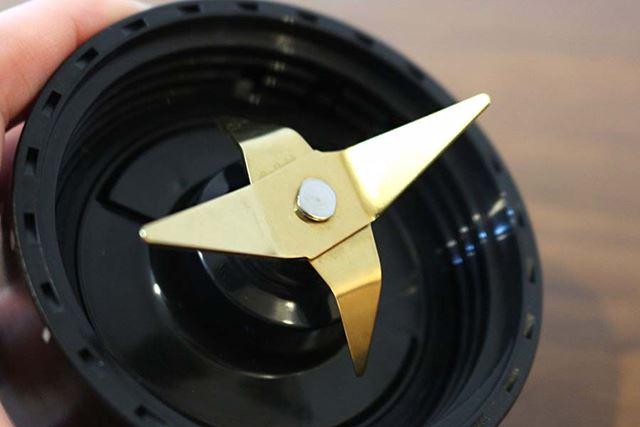 ブレードは、非対称のチタンコーティング刃を採用。チタンコーティング刃は、さびにくく丈夫なのが特徴です