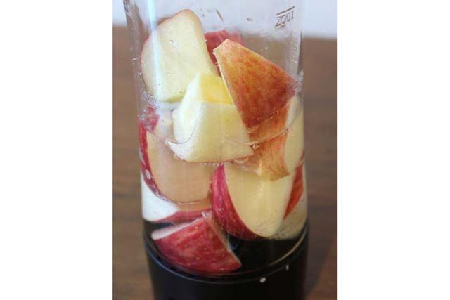 材料は皮ごとのリンゴと水のみ。ボトル内を真空にすると、リンゴから空気が出てくるのがわかります