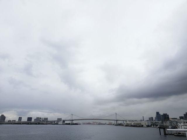 竹芝桟橋からレインボーブリッジを望んだ。ピントは橋に合わせてあるが、雲の陰影もつぶれていない