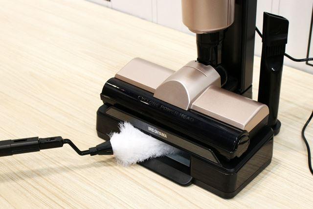 スタンドにモップを挿し込むとモップの帯電が除去され、掃除機がモップに付いたホコリを吸引します