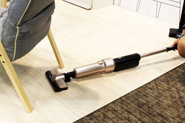 床すれすれまで本体を寝かして操作できるので、ベッドの下なども掃除しやすそう