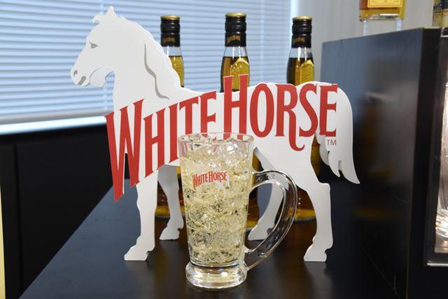 「ホワイトホース」のブランドアイコンである白馬