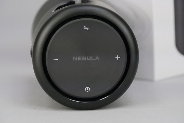 天面にはBluetooth接続ボタン、音量調節ボタン、電源ボタンを搭載