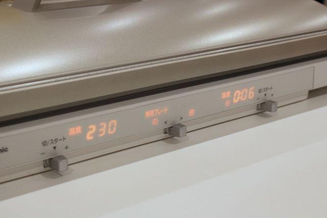 フタをし、調理中の右側は6分のタイマーをセット。続けて、左側も230℃の予熱を開始します