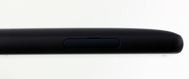 背面に丸みのあるボディ、最厚部は12.1mmの厚みがある