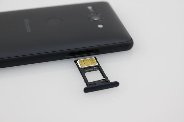 nanoSIMカードスロットと一体のmicroSDXCメモリーカードスロット(容量400GBまで対応)を備える