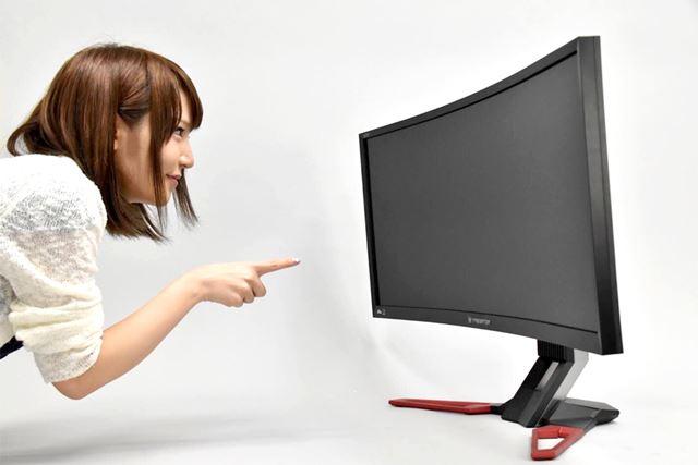 35型の巨大スクリーン! 本体重量は、なんと12.65kg。設置するだけで翌日、筋肉痛になってしまった