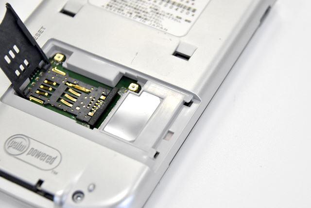 裏ぶたを開けると、SIMカードを挿し込めるスロットもあった