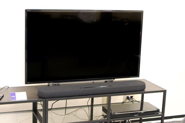 従来モデルと同じく、本体の高さは53mmとスリムな設計。テレビの前に設置してもテレビ画面をさえぎらない