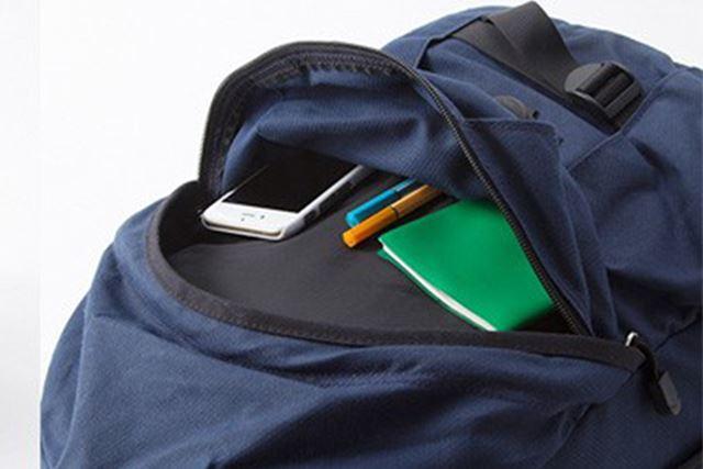 フロントには小物の収納に便利なジッパーポケットを装備
