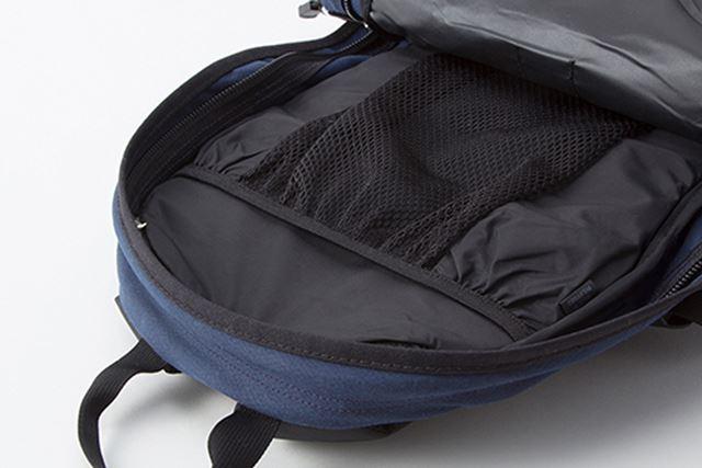 メインの荷室にはスリットメッシュポケットを装備。水分補給のためのハイドレーションパックにも対応する