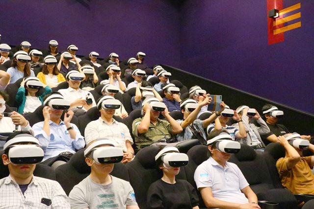 観客全員がVRヘッドマウントディスプレイを装着するVR映画館を体験
