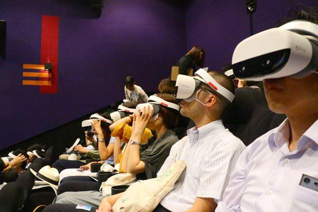 観客全員がVRヘッドマウントディスプレイを着用するため、着用後に離席するのは難しい