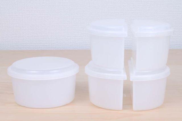 通常の製氷カップ1個と、2色のかき氷を作れるハーフサイズの製氷カップ2セット(4個)が付属する
