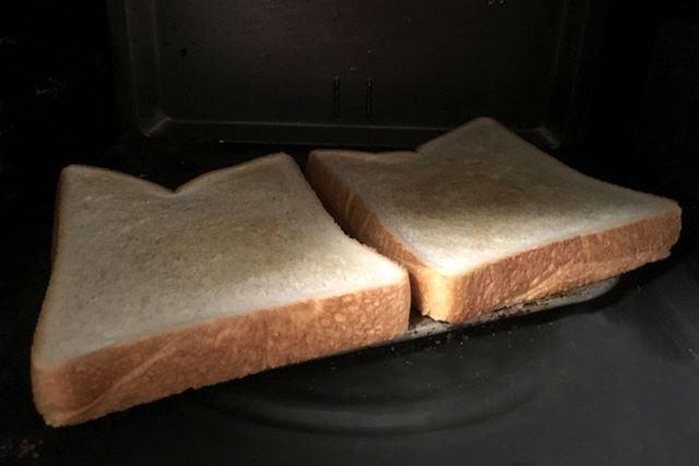 2枚同時に焼きます。4〜5分後、ピーピーという音とともにトーストの香ばしいにおいが……