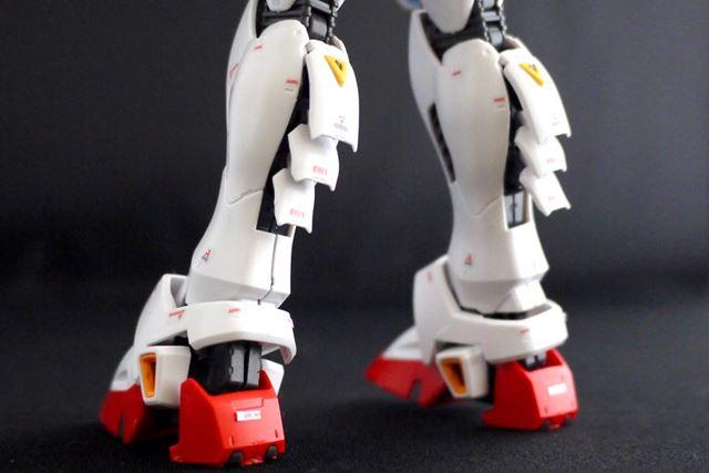 脚部スラスターもギミックにより開口部が動かせます