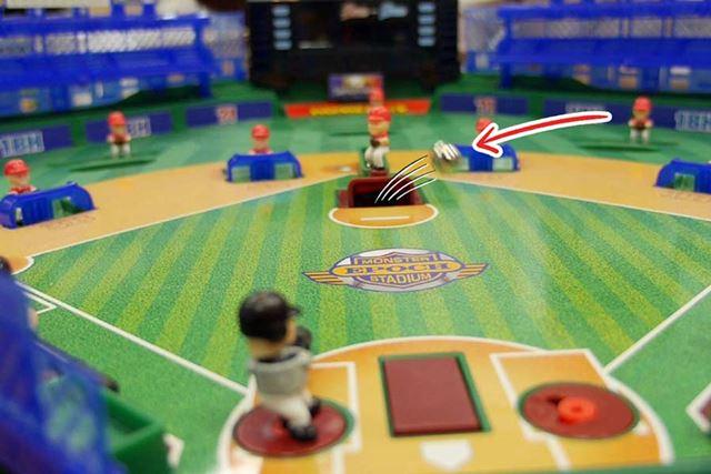 なんと、ピッチャーの投げる球が宙に浮いてる!