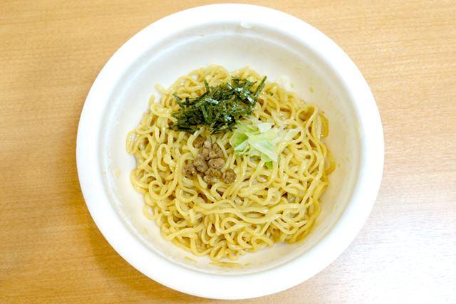 「サッポロ一番 違う家 横浜家系油そば」の完成です