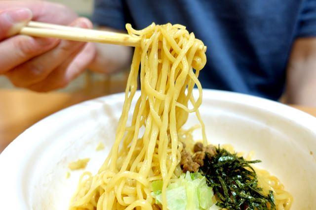 麺は、サッポロ一番お得意のノンフライ麺。やや細いながら、歯ごたえしっかり