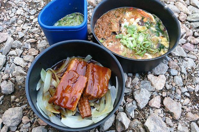 高橋さんが実際に山で調理し、食されているもの。野菜や肉を持って行けば、満足感の高い食事ができそうです