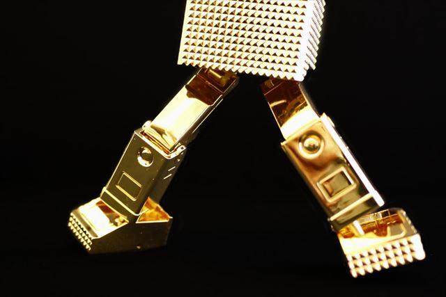 脚は大きく広げることができ、また足首も動くので角度をつけても自立できます