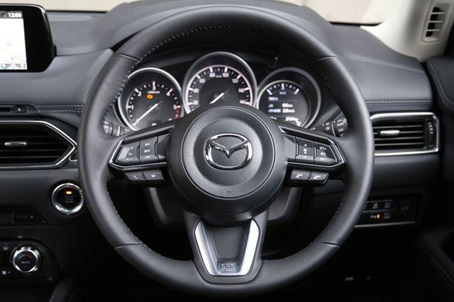 マツダ「CX-5」のステアリングスイッチ右側に、アクティブクルーズコントロールのスイッチが配置されている
