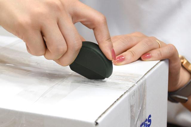 何重にも重ねて貼られた梱包用ビニールテープも、気持ちよく切り込める