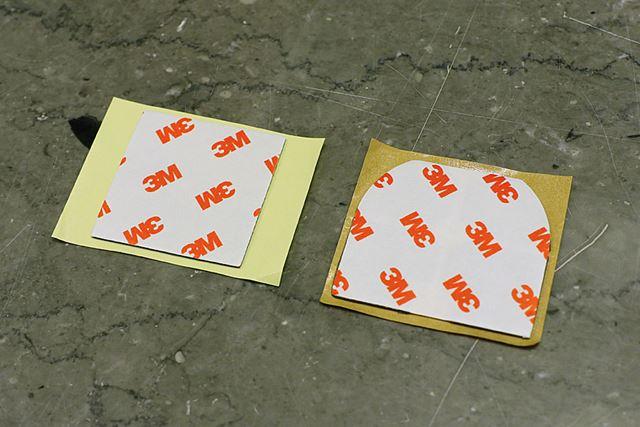 左が前モデル、右が新モデルの両面テープ。わかりにくいが、新モデルの両面テープは4分割されている