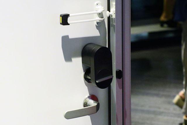 Qrio Lockの右の小さな黒い機器がマグネットセンサー